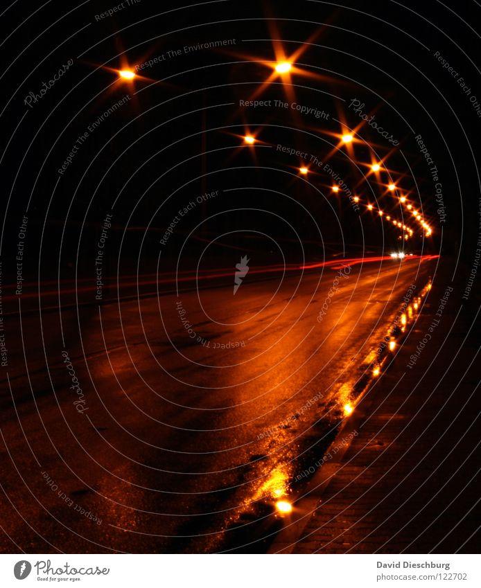 Lichter der Straße gelb Pfütze Reflexion & Spiegelung Rücklicht Laterne Langzeitbelichtung mehrspurig Bordsteinkante Geschwindigkeitsüberwachung schwarz rot
