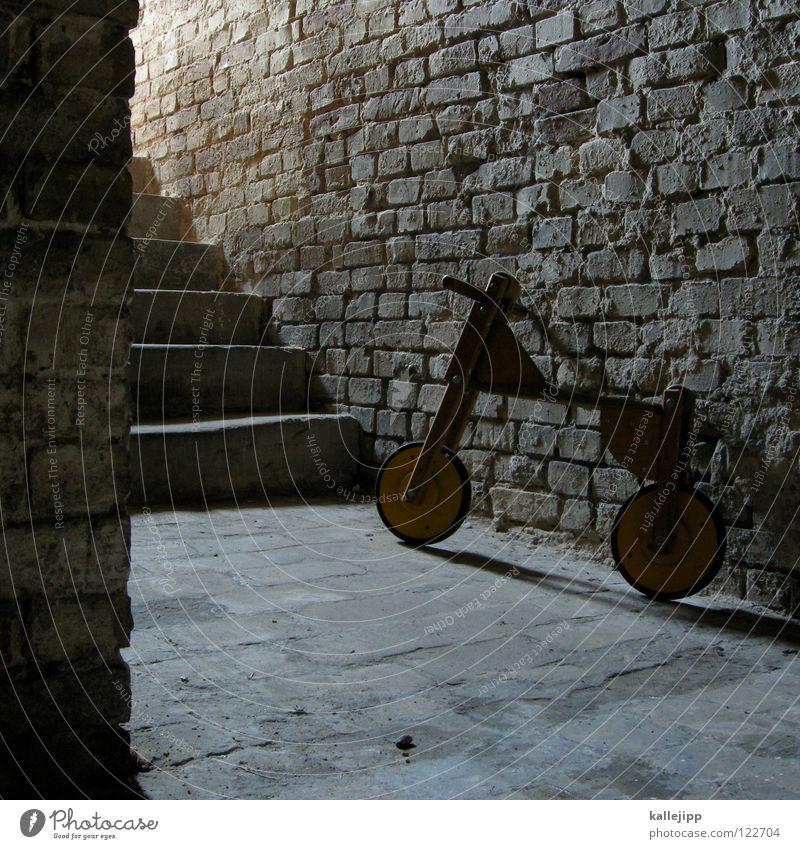 erinnerung Einsamkeit dunkel Leben Tod Freiheit grau Traurigkeit träumen Kindheit Fahrrad Angst Treppe frei lernen Wachstum Hoffnung