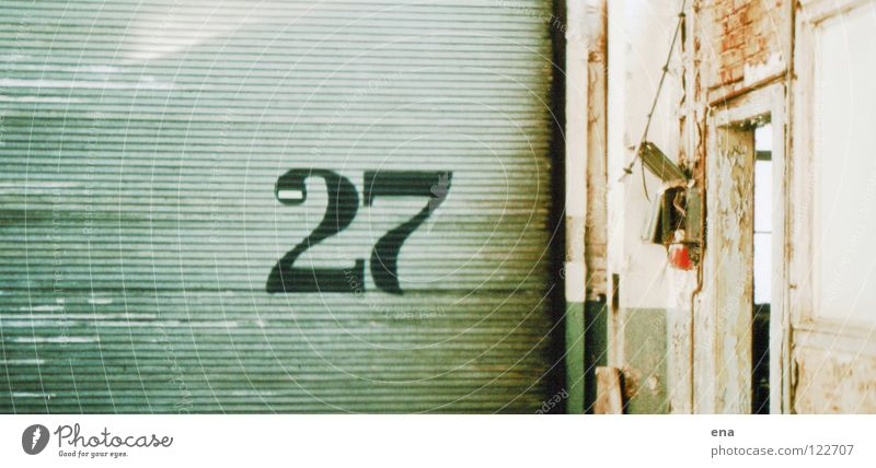 zwosieben Dresden Holz grün 2 7 Öffnung Versand Ziffern & Zahlen Mauer Backstein Demontage verfallen strassenbahnhof mickten morbid alt verranzt rolltor
