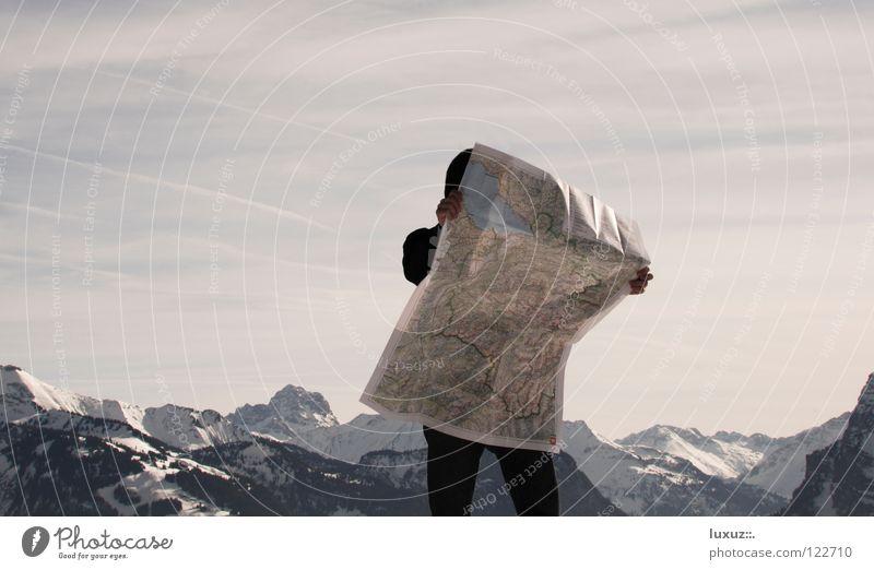 Vom Suchen und Finden Natur Berge u. Gebirge Wind Freizeit & Hobby wandern planen stehen Alpen Mann Junger Mann Fußweg Sturm Richtung Landkarte Navigation