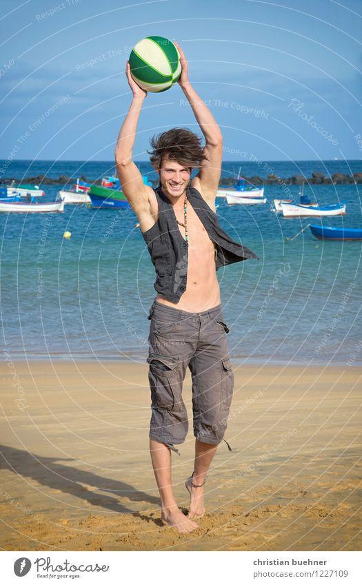 fun on the beach Freude Ferien & Urlaub & Reisen Sommer Sommerurlaub Sonne Sonnenbad Strand Meer Sport Ballsport Junger Mann Jugendliche 1 Mensch 18-30 Jahre
