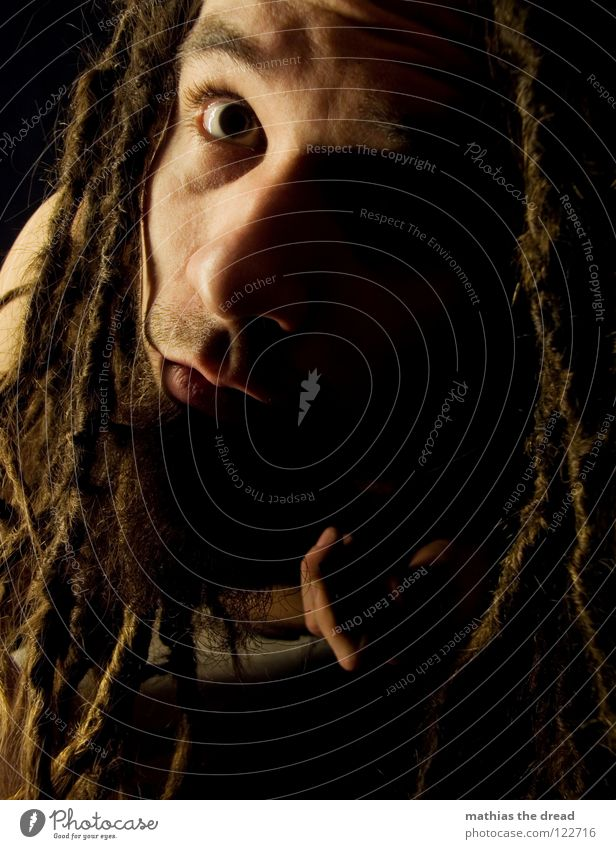 BLICK Mensch Mann schwarz Gesicht dunkel Kopf Haare & Frisuren hell lustig Mund Haut maskulin außergewöhnlich bedrohlich einzigartig Neugier