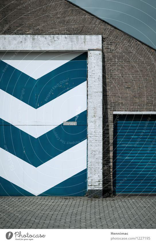 Feierabend. Design Haus Industrieanlage Fabrik Bauwerk Gebäude Architektur Mauer Wand Fassade Tür Beton Stahl Backstein Linie Pfeil Streifen blau weiß ruhig