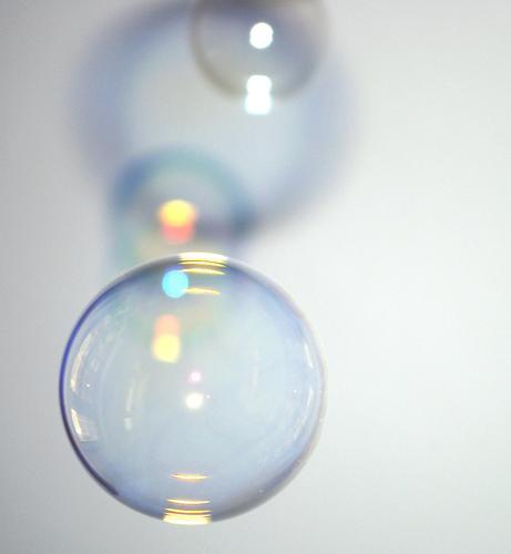 Flüchtig flüchtig Seifenblase Unschärfe rund Geometrie Spektralfarbe spektral schimmern glänzend hohl blasen Vergänglichkeit platzen Schatten Kugel