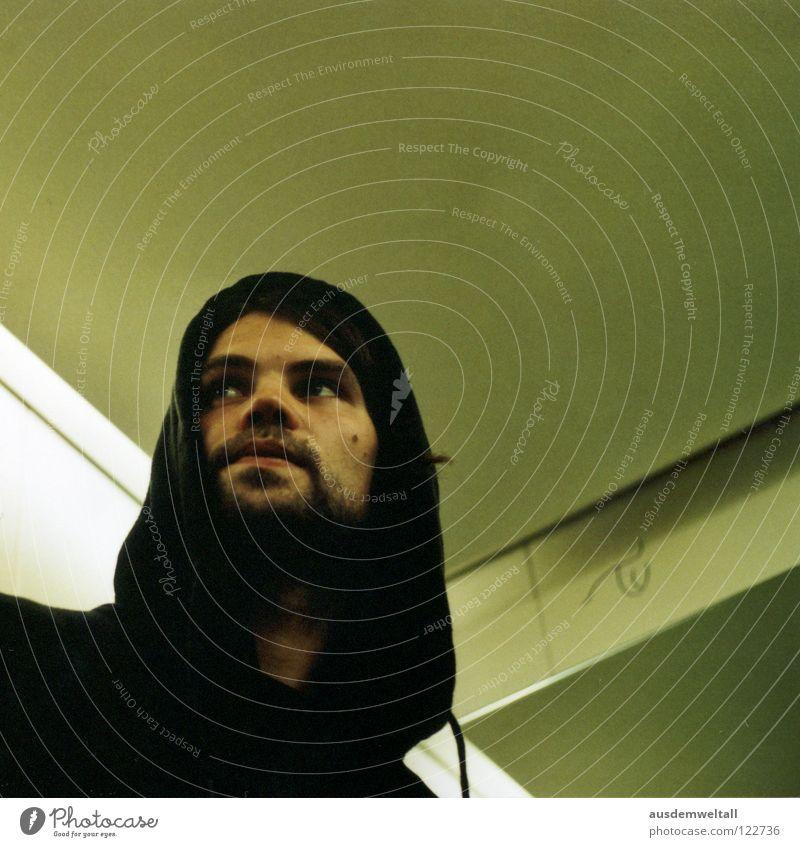 Tau maskulin Mann Porträt Kapuze schwarz Bart Fahrstuhl grün beige analog Mensch Gefühle Blick ruhig 50mm Scan Innenaufnahme