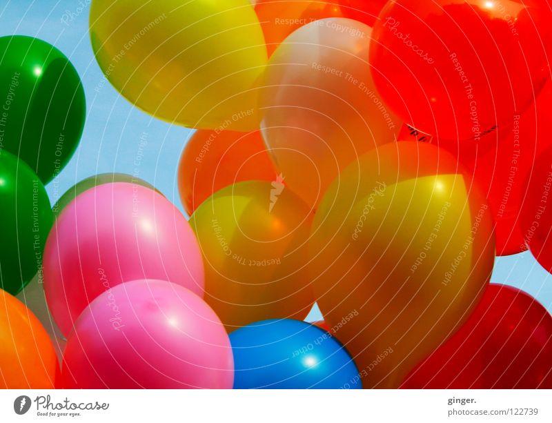 Bunte Luftikusse im Karneval Himmel blau grün rot Freude gelb Feste & Feiern rosa orange Wind Dekoration & Verzierung Luftballon rund Karneval Schweben Wolkenloser Himmel
