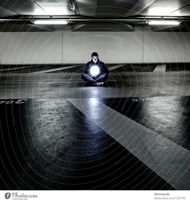 """light"" Mann Kerl Garage Tiefgarage Untergrund unten dunkel Leuchtstoffröhre Beton kalt Winter Beschriftung Parkplatz erleuchten Erkenntnis Schuhe Hose Jacke"