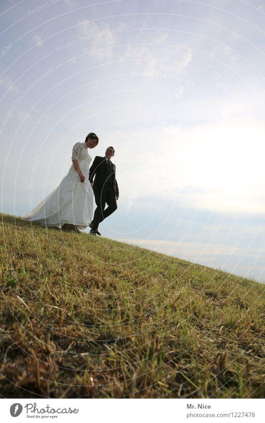 wandertag Lifestyle Hochzeit maskulin feminin Paar Partner 2 Mensch Umwelt Natur Landschaft Schönes Wetter Gras Wiese Hügel Kleid Anzug gehen Glück