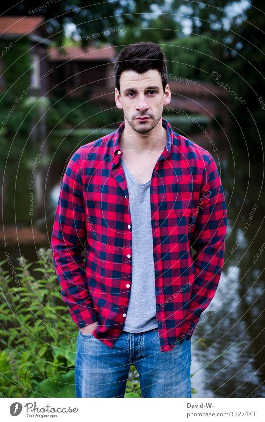 Holzfällerlook Stil Mensch maskulin Junger Mann Jugendliche Erwachsene Leben 1 Natur Park Seeufer Hemd brünett beobachten Blick kariert holzfällerhemd rot