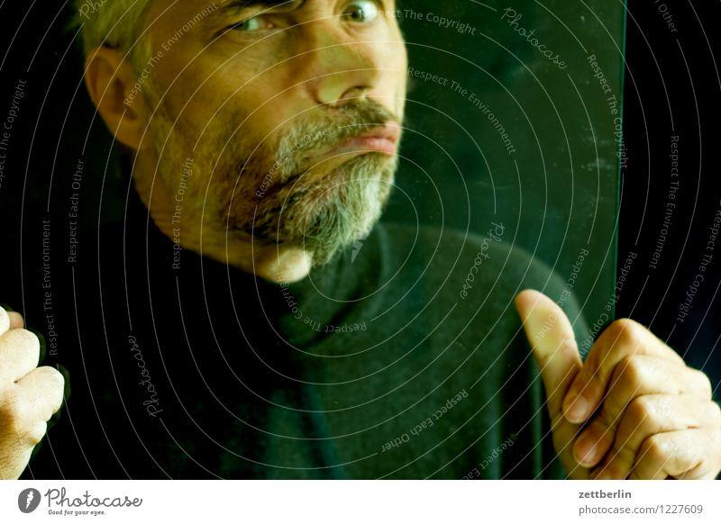 3998 Mensch Mann Gesicht Auge lustig Angst Glas Textfreiraum Mund Nase Todesangst Platzangst Zukunftsangst Höhenangst Flugangst Bart
