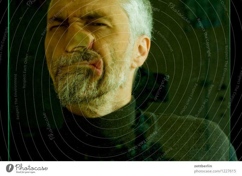 Gesicht Mann Mensch Auge Blick in die Kamera Angesicht zu Angesicht Nase Mund Bart Oberkörper Pullover Glas Fensterscheibe Deformation verschönern Prellung