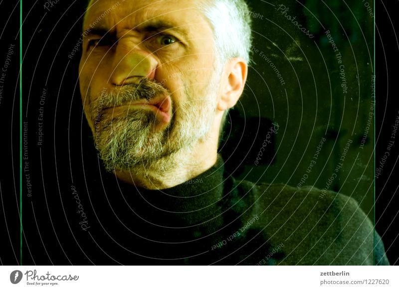 3999 Mann Mensch Gesicht Auge Blick in die Kamera Angesicht zu Angesicht Nase Mund Bart Oberkörper Pullover Glas Fensterscheibe Deformation Zerstörung Prellung