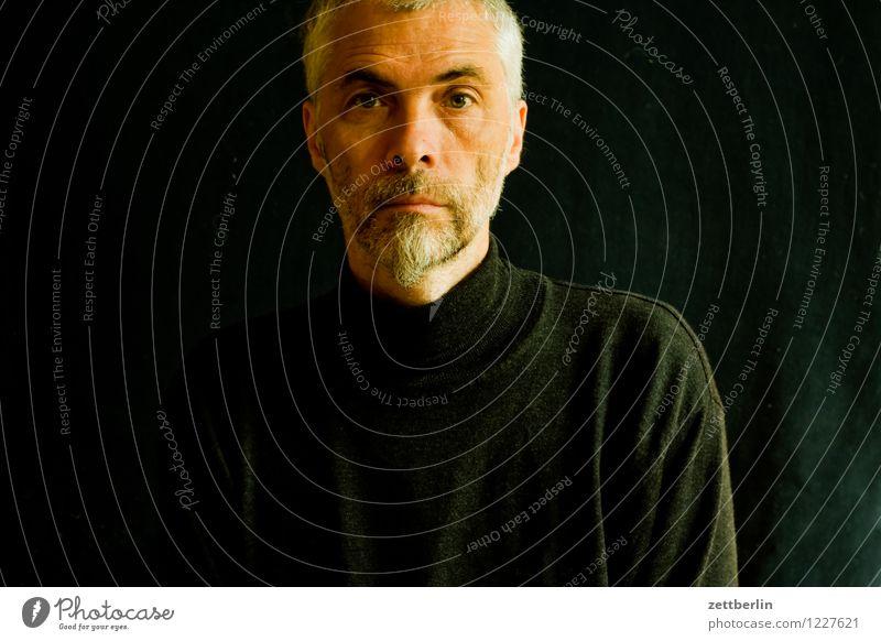 Mann Porträt Erwachsene Senior Gesicht Oberkörper Auge Blick in die Kamera sitzen ernst Zweifel skeptisch Fragen Prüfung & Examen Kontrolle Bart dunkel schwarz