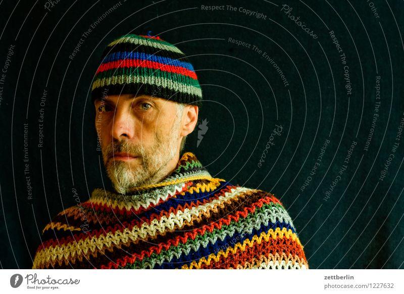 Stricken und Häkeln - Mann mit gestrickter Mütze und gehäkeltem Poncho Porträt Mensch Gesicht Auge Nase Mund Blick in die Kamera Angesicht zu Angesicht