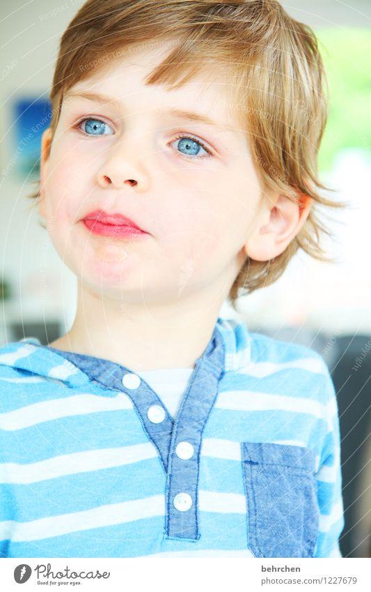 S (aufrech) Kind Junge Kindheit Kopf Haare & Frisuren Gesicht Auge Ohr Nase Mund Lippen 3-8 Jahre blond langhaarig beobachten Coolness schön blau Farbfoto