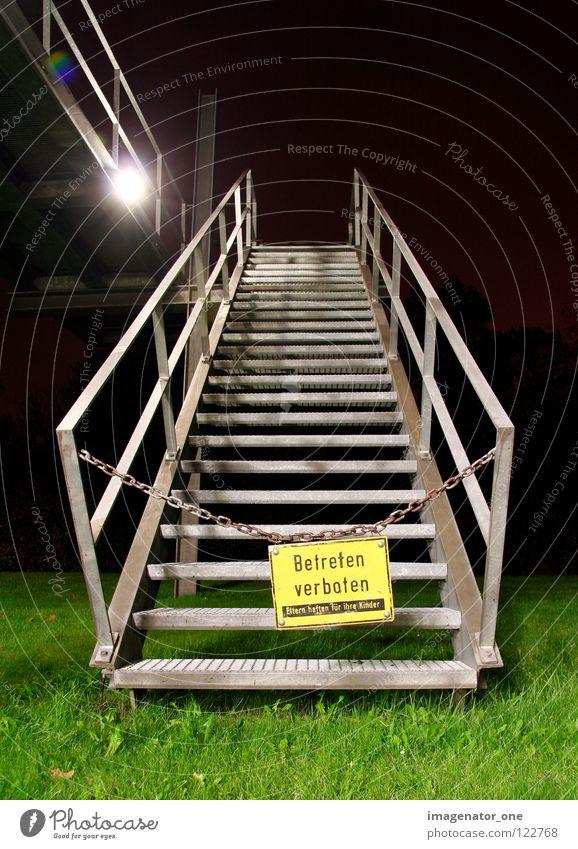 betreten verboten Nacht Gras Langzeitbelichtung Barriere Warnhinweis Warnschild Treppe aufwärts Schilder & Markierungen