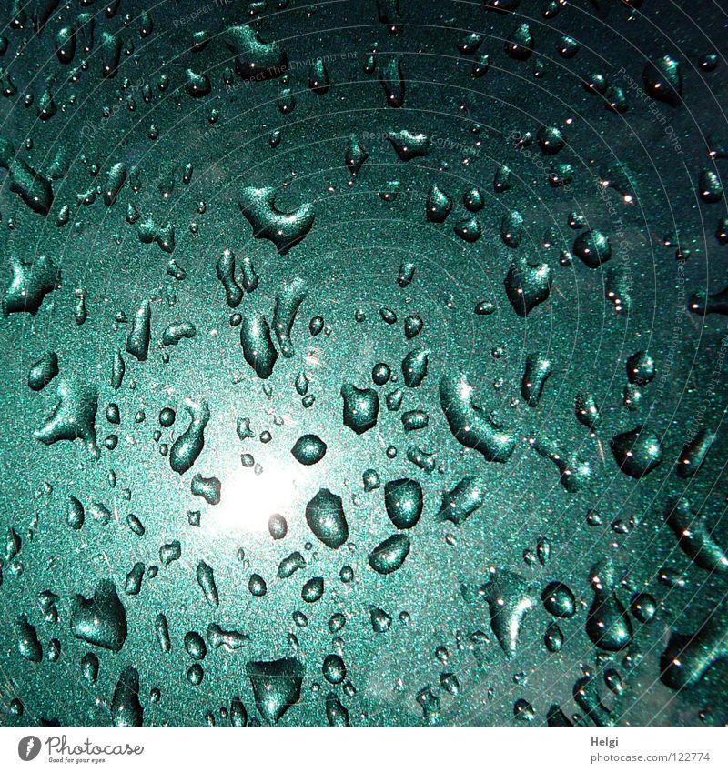 dann kam die Sonne raus... alt grün Farbe Wasser Sonne klein Zusammensein Metall Regen glänzend PKW mehrere Wassertropfen nass Vergänglichkeit viele
