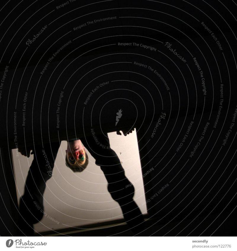 fasching!-vorbei weiß schwarz Beine Beleuchtung Maske Vergänglichkeit Karneval aufräumen