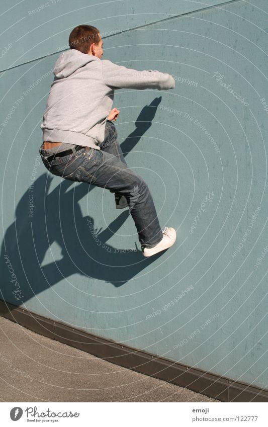 sandy geht an die [türkise] Wand Mann gehen springen hüpfen Barriere Mensch Wut Aggression Ärger Luzern modern Spielen hochgehen man young sportlich Dynamik