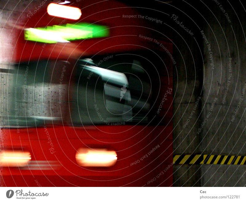 Tief(enau) grün rot schwarz gelb dunkel Bewegung grau Glas Beton Eisenbahn Geschwindigkeit Schweiz Station Tunnel Bahnhof tief