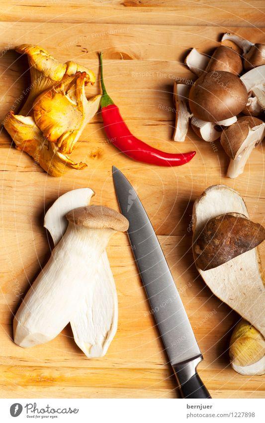 Herbstzeit, Pilzzeit Vegetarische Ernährung Diät Tisch Natur Holz lecker braun Messer Klinge essbar Essen Feinschmecker roh natürlich pflanzlich Saison Bio