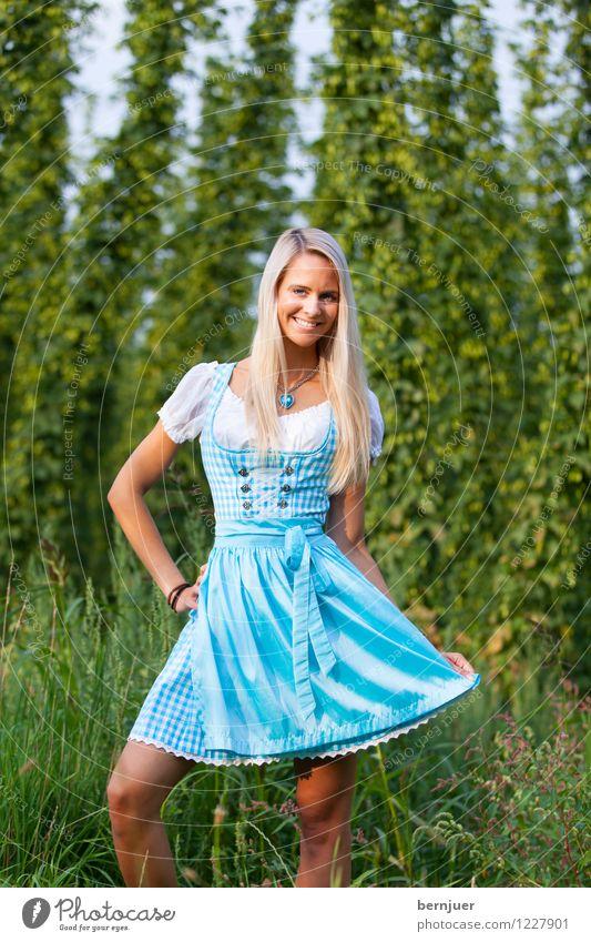 Dirndldeandl Frau Pflanze blau schön grün Sommer Erotik Mädchen Erwachsene Gras Haare & Frisuren Feld frisch blond Fröhlichkeit Kleid