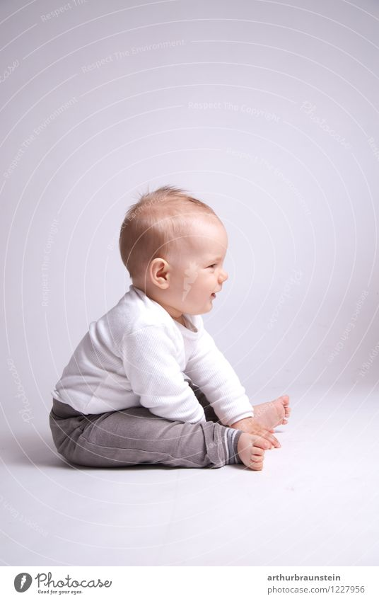 Kleinkind sitzend am Boden Mensch Kind weiß Leben Junge Spielen Gesundheit Glück grau Lifestyle maskulin Zufriedenheit Freizeit & Hobby Kindheit authentisch sitzen