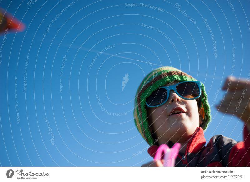 Junge lässt Drachen steigen Mensch Kind Ferien & Urlaub & Reisen Sonne Freude Leben Bewegung Spielen Freiheit Lifestyle maskulin Freizeit & Hobby Tourismus