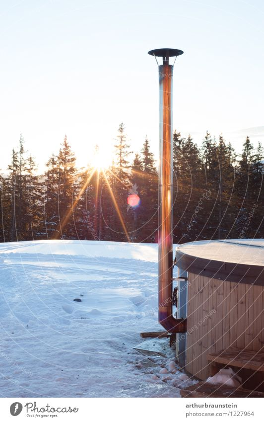 Heißes Bad im Winter im Freien Natur Ferien & Urlaub & Reisen Erholung Landschaft Wald Berge u. Gebirge Stil Gesundheit Holz Freiheit Lifestyle Metall