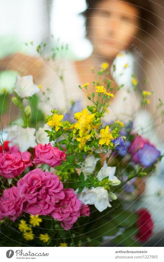 Gartenblumen gepflückt Lifestyle Mensch feminin Junge Frau Jugendliche Erwachsene Leben 1 30-45 Jahre Natur Frühling Sommer Pflanze Blume Gras Blatt Blüte