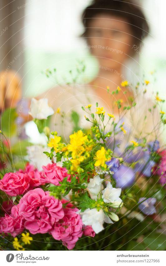 Gartenblumenstrauß Mensch Frau Natur Jugendliche Pflanze schön Junge Frau Blume Haus Erwachsene Leben Frühling Blüte feminin Stil Gesundheit