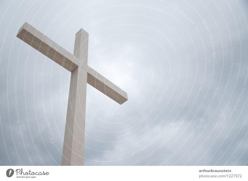 Kreuz vor Himmel ruhig Wolken Umwelt Traurigkeit Senior Tod grau Religion & Glaube Denken Stein Gesundheitswesen Kraft Beton Ewigkeit Hoffnung