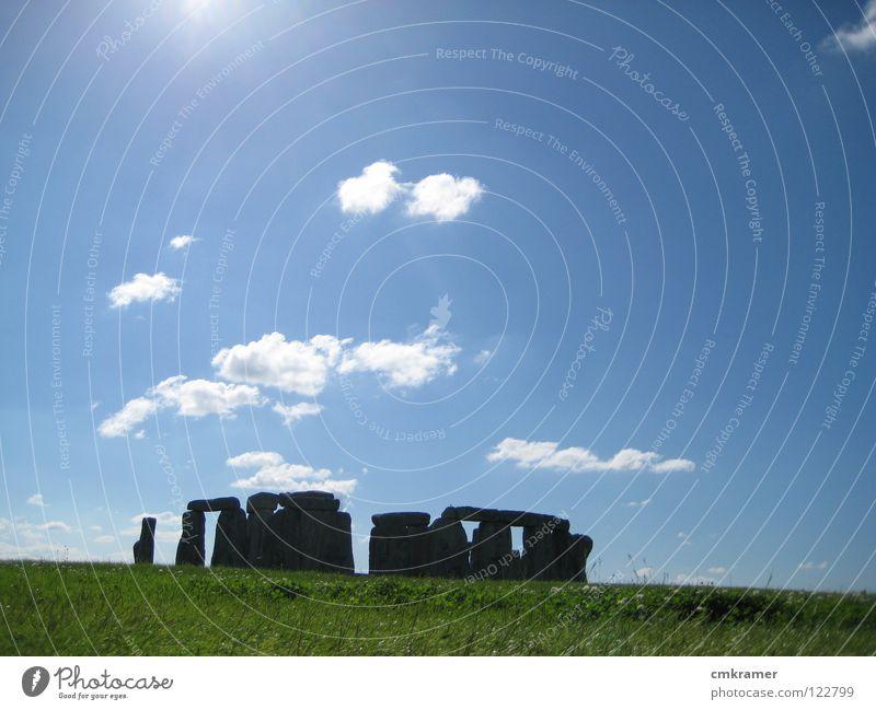 Stonehenge Farbfoto Außenaufnahme Menschenleer Sonnenlicht Sonnenstrahlen Gegenlicht elegant Ausflug Sightseeing Kunst Kultur Wolken Wiese Stein grün heaven