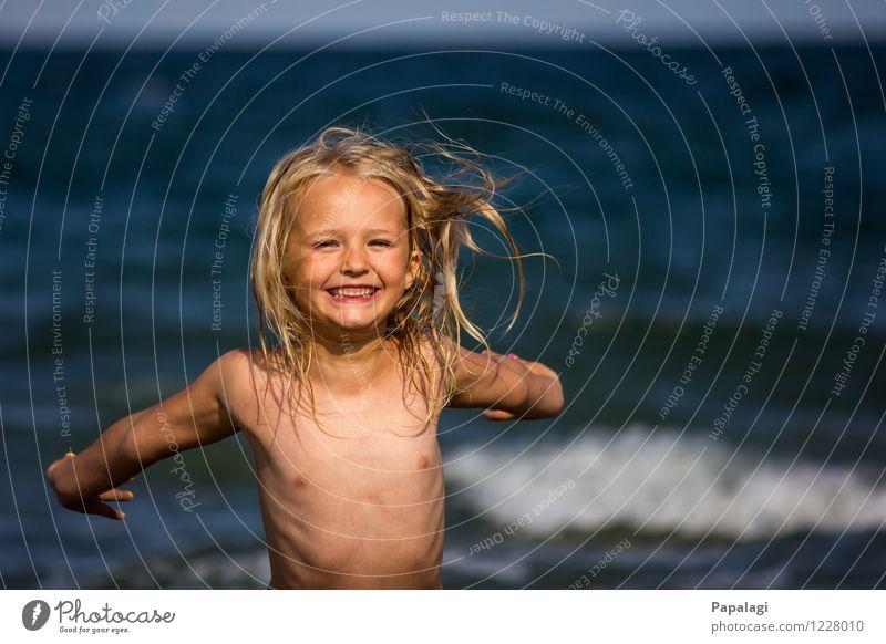 Sommerfreude Mensch Kind Natur Ferien & Urlaub & Reisen Meer Freude Mädchen Strand Leben Bewegung Spielen Glück lachen Kindheit blond