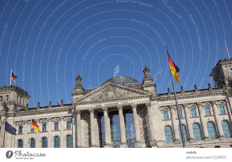 Reichstag schief blau rot schwarz gelb Berlin grau Stein Deutschland Tourismus Wachstum Glas Zukunft Beton Macht historisch Fahne