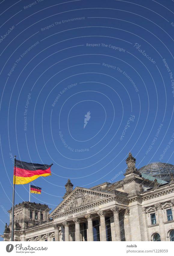 kippender Reichstag blau rot schwarz gelb Berlin grau Stein Büro Glas Beton Macht Neigung Deutsche Flagge Bauwerk Fahne Wahrzeichen