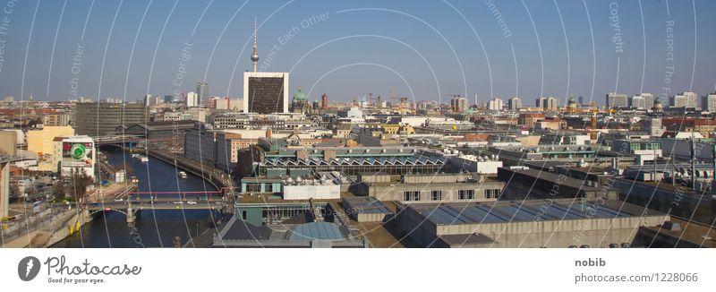 über den Häusern Berlins Stadt blau Sommer Haus dreckig Glas Hochhaus Kirche Beton Brücke Dach Macht Bauwerk entdecken Skyline