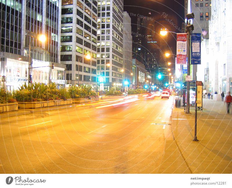 Chicago at night Straße Beleuchtung USA Ampel Nordamerika Straßenschlucht