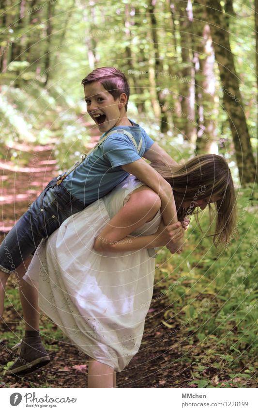 Was sich neckt... Mädchen Junge Geschwister Bruder Schwester Kindheit 2 Mensch 8-13 Jahre Sommer Park Wald lachen Spielen tragen frech Fröhlichkeit Gefühle