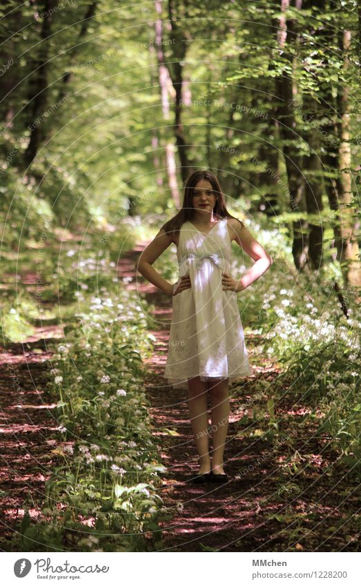 One little star on planet earth feminin Mädchen Kindheit Jugendliche 1 Mensch 8-13 Jahre Natur Sommer Park Wald Kleid langhaarig Lächeln stehen Glück