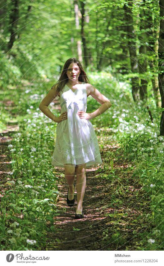 Leuchten Wohlgefühl feminin Mädchen 1 Mensch 8-13 Jahre Kind Kindheit Natur Sommer Schönes Wetter Park Wald Kleid langhaarig gehen Spielen träumen