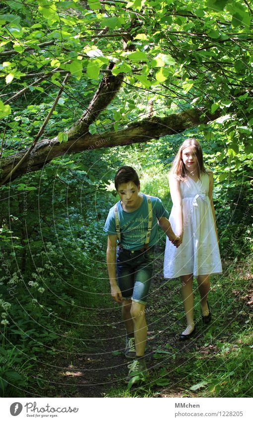 Komm schon! Sommer Mädchen Junge Geschwister Bruder Schwester Paar 8-13 Jahre Kind Kindheit Natur Wald Wege & Pfade Jeanshose Kleid Hosenträger gehen rebellisch