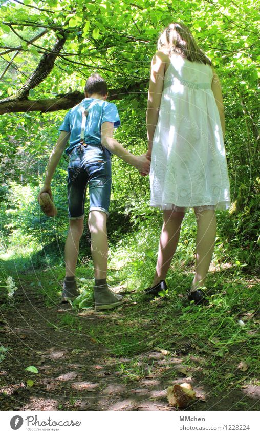 ...verirrten sich im Wald Mensch Mädchen Junge Geschwister Bruder Schwester 2 8-13 Jahre Kind Kindheit Natur Schönes Wetter Baum Wege & Pfade Jeanshose Kleid