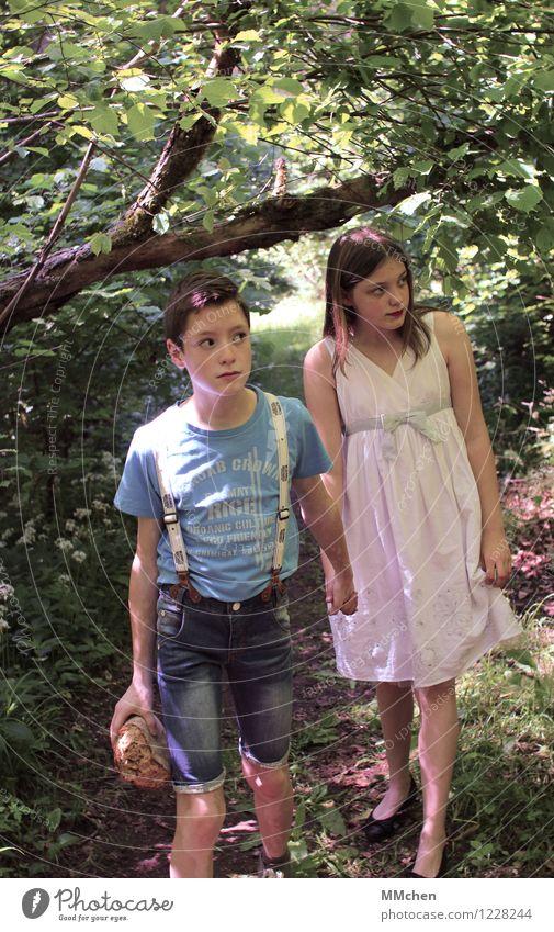 Hänsel und Gretel... Brot Mädchen Junge Geschwister Bruder Schwester 8-13 Jahre Kind Kindheit Sommer Baum Wald Wege & Pfade Kleid beobachten Blick gruselig grün