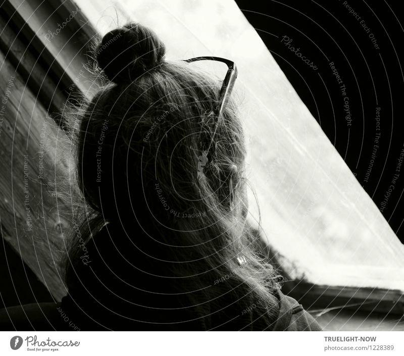 Ausblick Dachboden Mensch feminin Frau Erwachsene Leben Kopf Haare & Frisuren Ohr 1 30-45 Jahre Fenster Dachfenster Denkmal Brille grauhaarig langhaarig schwarz