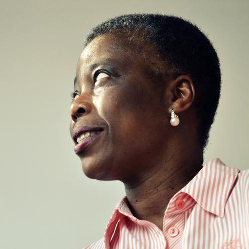 Was-mach'-ich-jetzt-Blick Mensch feminin Frau Erwachsene Leben Kopf Haare & Frisuren Gesicht Auge Ohr Nase Mund 1 45-60 Jahre Bluse Schmuck Ohrringe