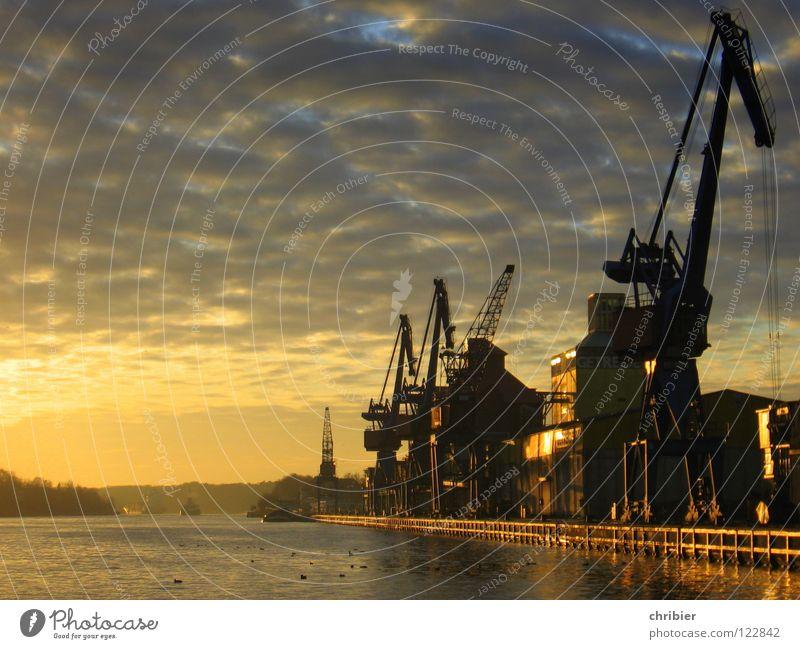 Feierabend Wasser ruhig Wolken gelb Arbeit & Erwerbstätigkeit Wärme Wasserfahrzeug Industrie Güterverkehr & Logistik Stadt Hafen Sehnsucht genießen Handel