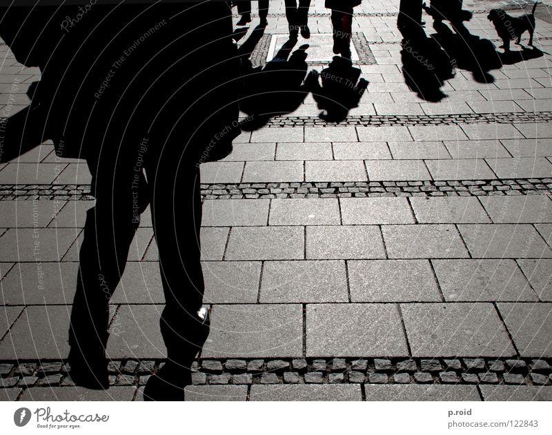 schattendasein. Licht Sonnenuhr Asphalt Schuhe heiß brennen kalt Muster Fußgänger Stadt Schatten verdunkeln Straßenbelag München Fußweg hell Schattendasein