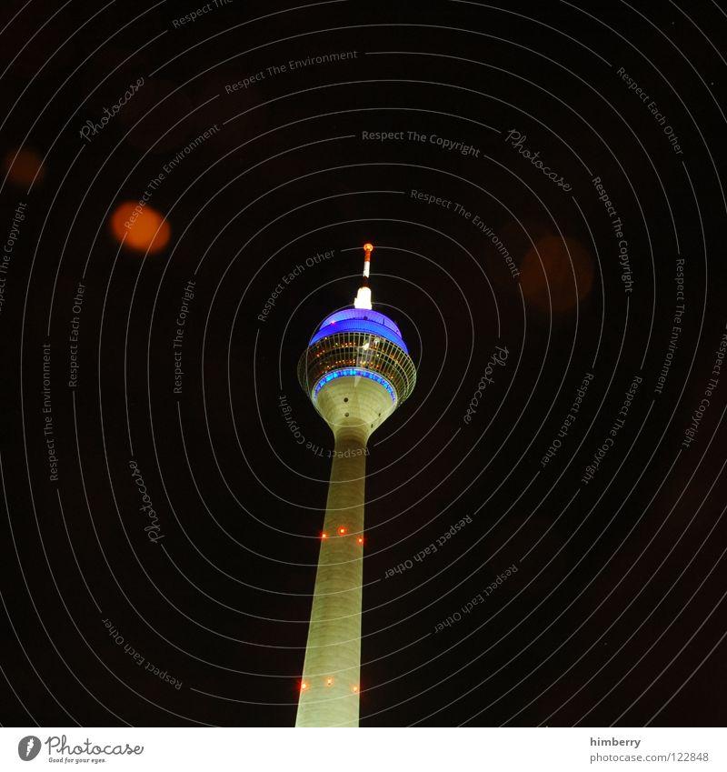 radiotowercase Rheinturm Lifestyle Nachtleben senden Funkturm modern Wahrzeichen Denkmal Langzeitbelichtung Düsseldorf Berliner Fernsehturm Abend Straße blau