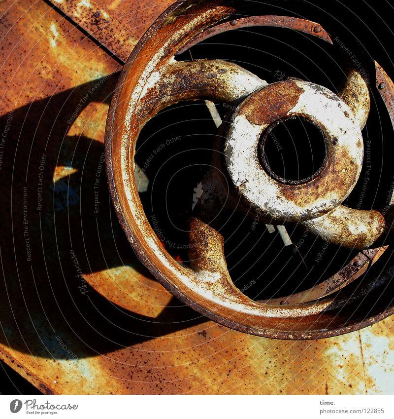 Lebenslinien #04 alt Metall rund kaputt Vergänglichkeit Rad Rost Eisen Gerät Blech abblättern verwittert Quietschen Landwirtschaftliche Geräte Zahn der Zeit drehbar